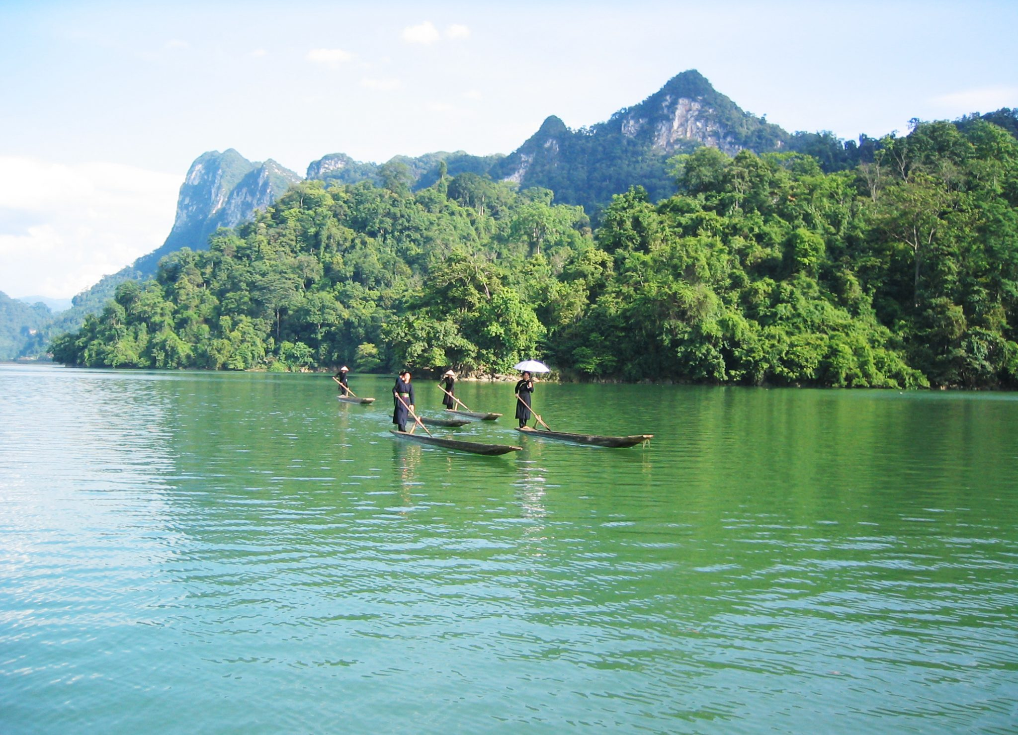 the largest lake in Vietnam