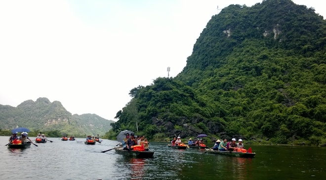 Discovering beautiful natural landscapes of Trang An